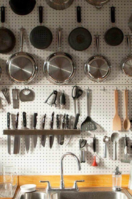 ไอเดียการจัดเก็บของสำหรับครัวขนาดเล็ก ครัวคอนโด,แขวนภาชนะไว้กับผนังห้องครัว,ไอเดียการจัดเก็บภาชนะห้องครัว