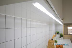 Modern Kitchen ชุดครัวโมเดิร์นในสไตล์ Minimal, ชุดไฟ LED ใต้ตู้ลอย
