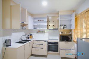 ชุดครัวสีครีม หน้าบานกระจกเงาสีชาทองสไตล์โมเดิร์น, สีภายในลามิเนตขาวด้าน