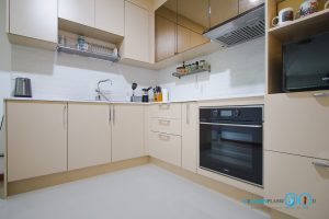 ชุดครัวสีครีม หน้าบานกระจกเงาสีชาทองสไตล์โมเดิร์น, เคาน์เตอร์สูง 90cm.
