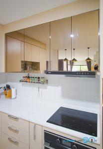 ชุดครัวสีครีม หน้าบานกระจกเงาสีชาทองสไตล์โมเดิร์น, ตู้ลอยหน้าบานกระจก