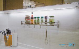 ชุดครัวสีครีม หน้าบานกระจกเงาสีชาทองสไตล์โมเดิร์น, ไฟ LED ใต้ตู้ลอย