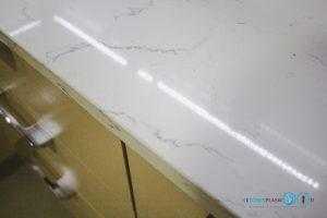 ชุดครัวสีครีม หน้าบานกระจกเงาสีชาทองสไตล์โมเดิร์น, หน้าท็อปหินควอทซ์