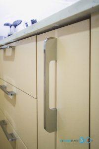ชุดครัวสีครีม หน้าบานกระจกเงาสีชาทองสไตล์โมเดิร์น, มือจับแบบโชว์สีเงินสไตล์โมเดิร์น