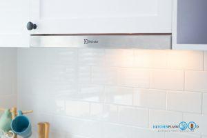 Mini Kitchen : ชุดครัวทูโทนในพื้นที่จำกัด, เครื่องดูดควันสลิมไลน์ Electrolux,