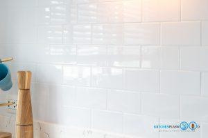 Mini Kitchen : ชุดครัวทูโทนในพื้นที่จำกัด, ผนังกันคราบกระเบื้องสีขาว,